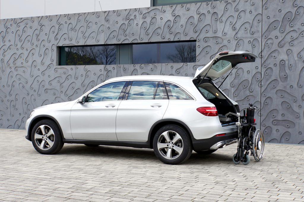 Die Rollstuhlverladehilfe für den Kofferraum: Das Rollstuhlverladesystem LADEBOY Kofferraum für die liegende Verladung von gefalteten Rollstühlen