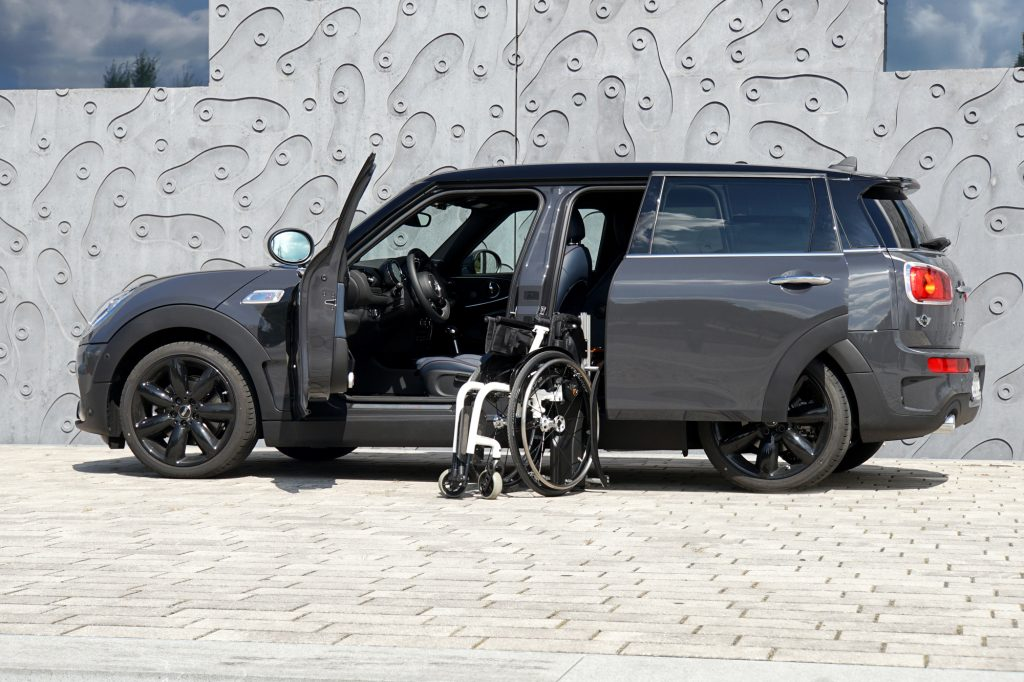 Die Rollstuhlverladehilfe für die Verladung seitlich hinter dem Fahrersitz. Das Rollstuhlverladesystem LADEBOY S2 in einem Mini Cooper mit automatisch öffnender Tür