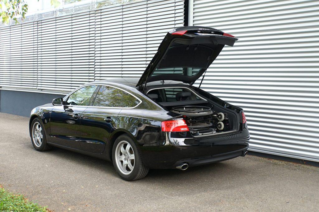 Das Rollstuhlverladesystem LADEBOY Kofferraum für die liegende Verladung von gefalteten Rollstühlen in einer Limousine