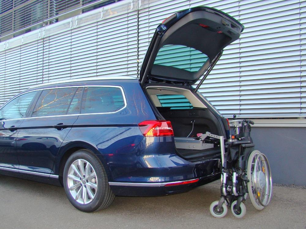 Das Rollstuhlverladesystem LADEBOY Kofferraum für die liegende Verladung von gefalteten Rollstühlen