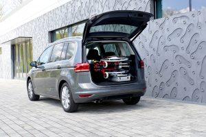 Das Rollstuhlverladesystem LADEBOY Kofferraum für die liegende Verladung von gefalteten Rollstühlen in einem Van