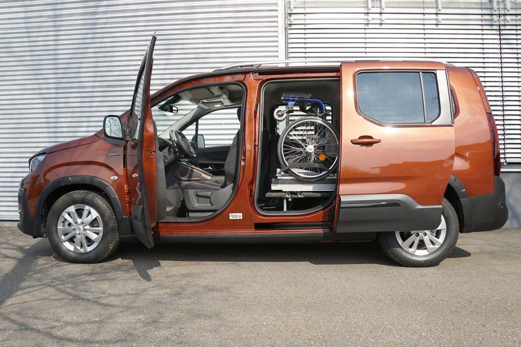 Die Rollstuhlverladehilfe für die Verladung seitlich hinter dem Fahrersitz. Das Rollstuhlverladesystem LADEBOY S2 mit Schwenkmodul für mehr Sitzplätze