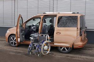 Die Rollstuhlverladehilfe für die Verladung seitlich hinter dem Fahrersitz. Das Rollstuhlverladesystem LADEBOY S2 für ungefaltete Rollstühle