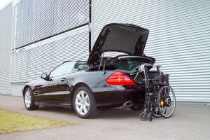 Cabrio Sportwagen mit Rollstuhlverladesystem LADEBOY im Kofferraum