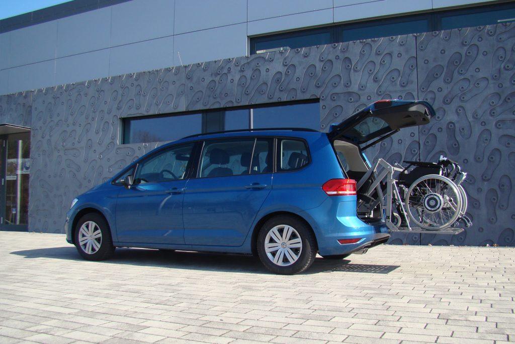 Das Rollstuhlverladesystem SCOOTERBOY in einem Minivan Einbau im Kofferraum