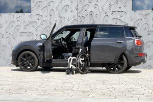Rollstuhlverladesystem LADEBOY S2 in einem Mini Cooper mit automatisch öffnender Tür