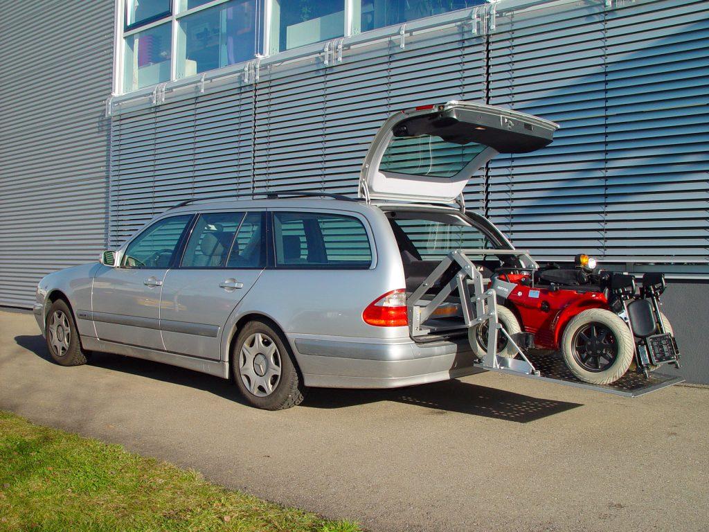Das Rollstuhlverladesystem SCOOTERBOY in einem Kombi Einbau im Kofferraum