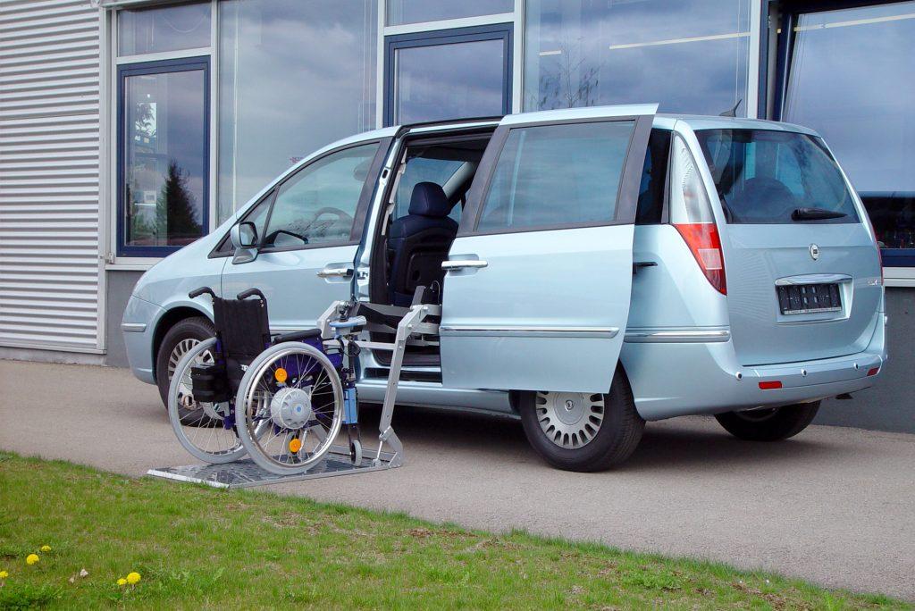 Das Rollstuhlverladesystem SCOOTERBOY in einem Minivan seitlicher Einbau