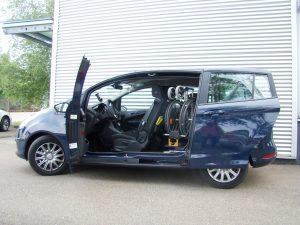 Automatisch geöffnete Türe an einem behindertengerecht umgebauten Fahrzeug