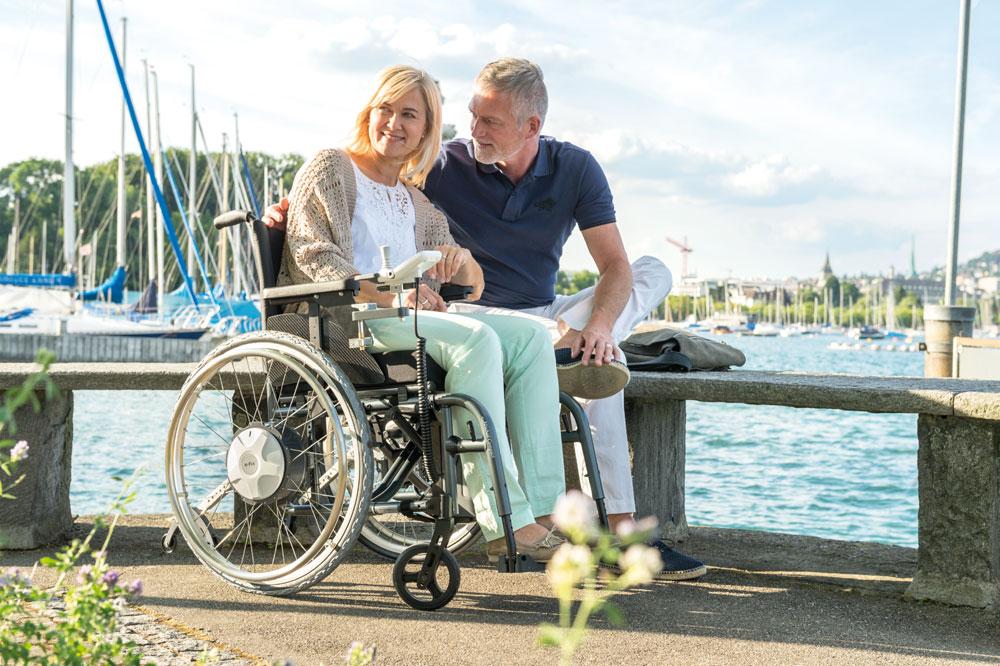 Paar am See, Frau im Rollstuhl