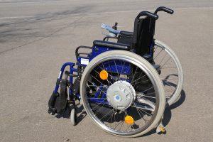 Hilfsmittel Faltboy um den Rollstuhl ohne Kraftaufwand zu falten