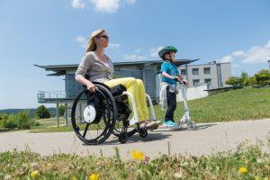 Mutter im Rollstuhl mit Kind