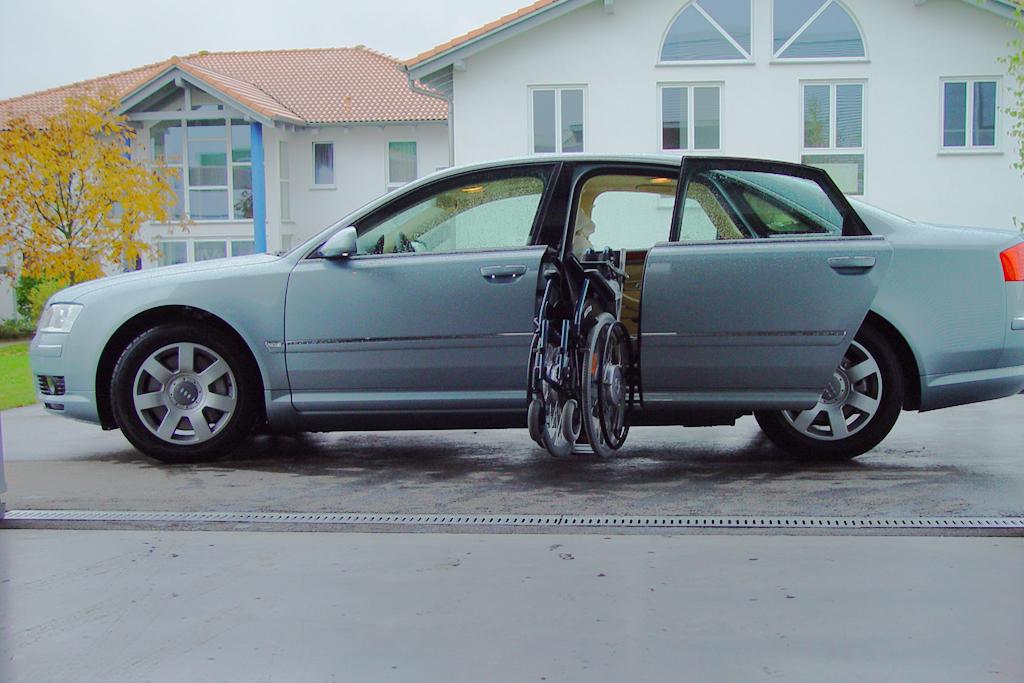 Audi A8 mit Rollstuhlverladesystem LADEBOY S2