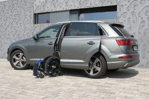 Audi Q7 mit Rollstuhlverladesystem LADEBOY S2 und automatischer Schwenktüre