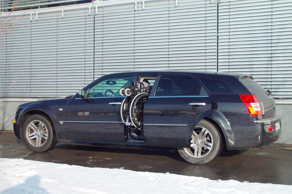 Chrysler C300 mit Rollstuhlverladesystem LADEBOY S2