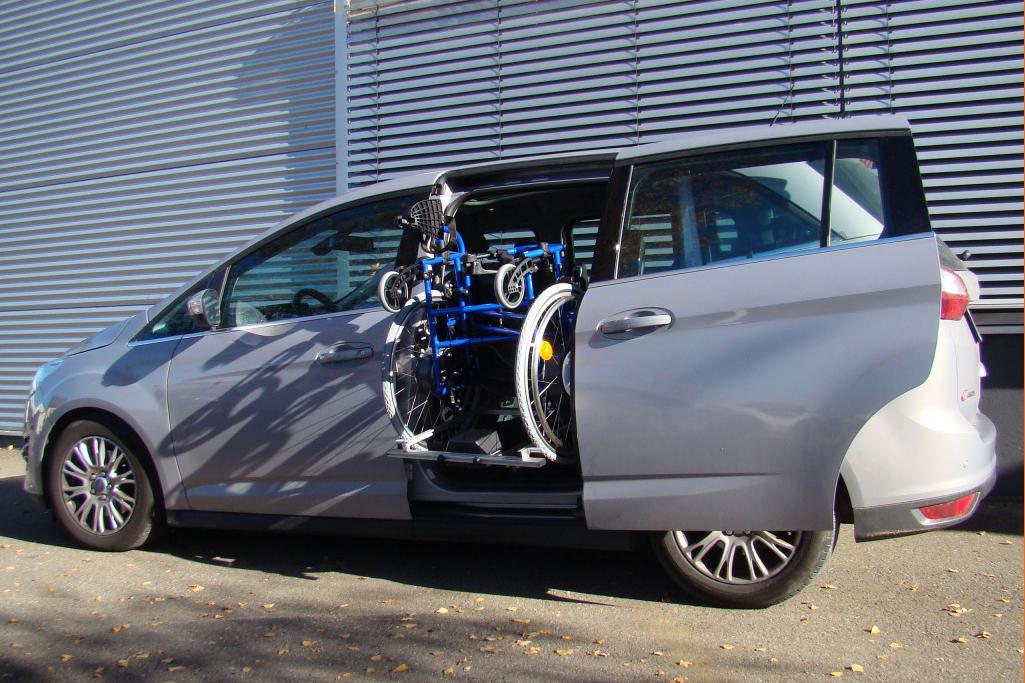 Ford Grand C-Max mit Rollstuhlverladesystem LADEBOY S2 für ungefalteten Rollstuhl