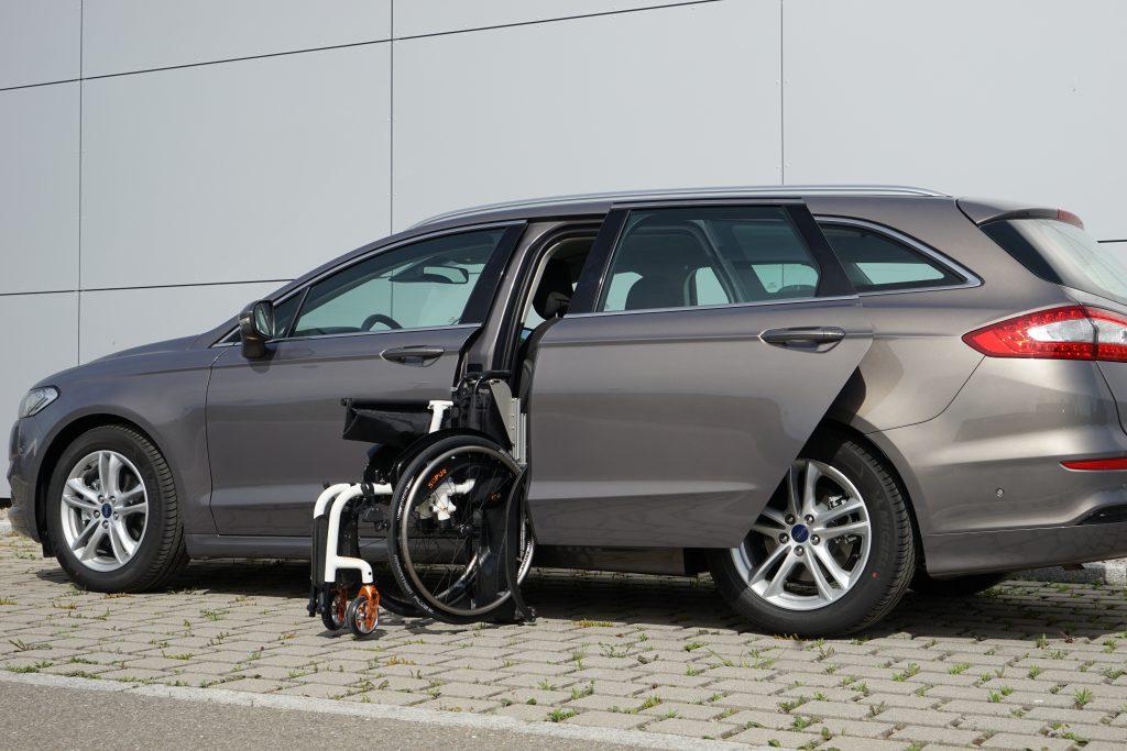 Ford Mondeo Kombi mit Rollstuhlverladesystem LADEBOY S2