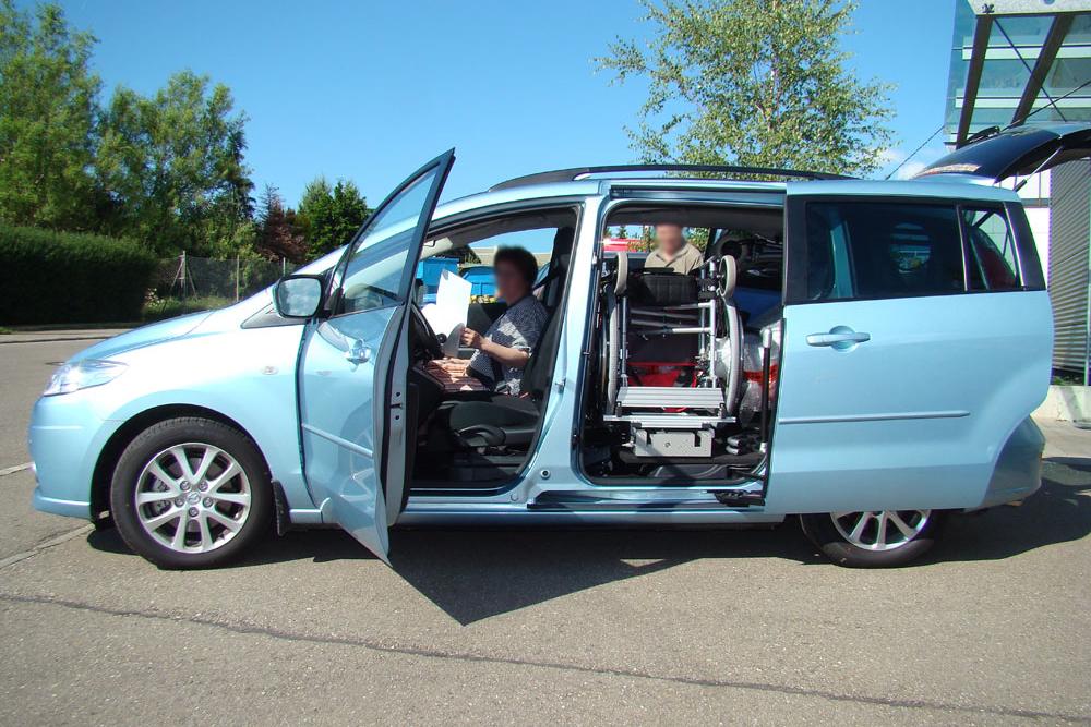 Mazda 5 mit Rollstuhlverladesystem LADEBOY S2 für ungefalteten Rollstuhl