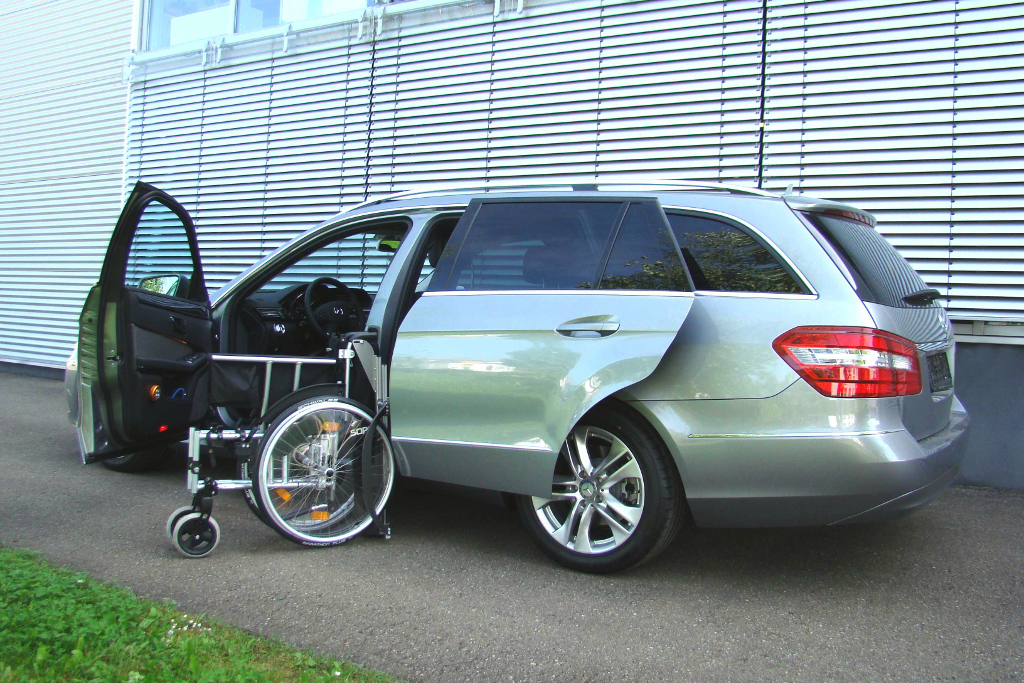 Mercedes E-Klasse mit Rollstuhlverladesystem LADEBOY S2