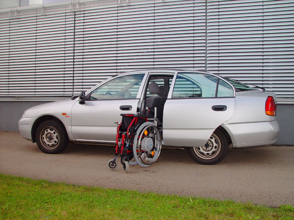 Mitsubishi Carisma mit Rollstuhlverladesystem LADEBOY S2