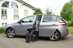 Peugeot 308 mit Rollstuhlverladesystem LADEBOY S2