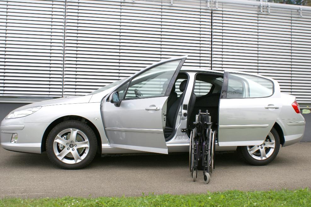 Peugeot 407 mit Rollstuhlverladesystem LADEBOY S2