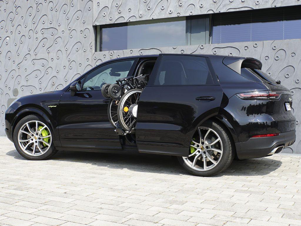 Porsche Cayenne mit Rollstuhlverladesystem LADEBOY S2