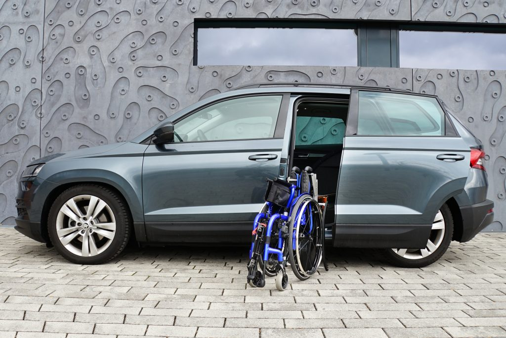 Skoda Karoq mit Rollstuhlverladesystem LADEBOY S2