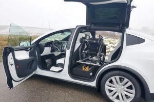 Tesla X mit Rollstuhlverladesystem LADEBOY S2