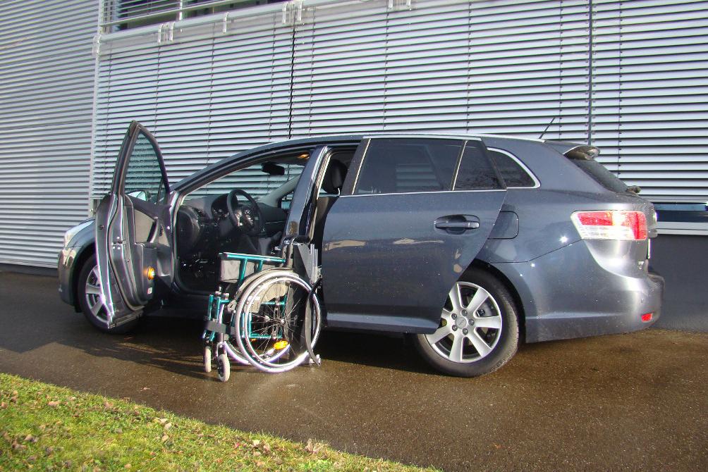 Toyota Avensis mit Rollstuhlverladesystem LADEBOY S2