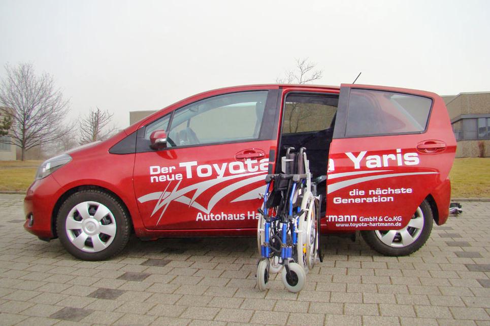 Toyota Yaris mit Rollstuhlverladesystem LADEBOY S2