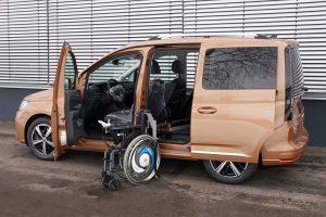 Volkswagen Caddy mit Rollstuhlverladesystem LADEBOY S2 und automatischer Schiebetür