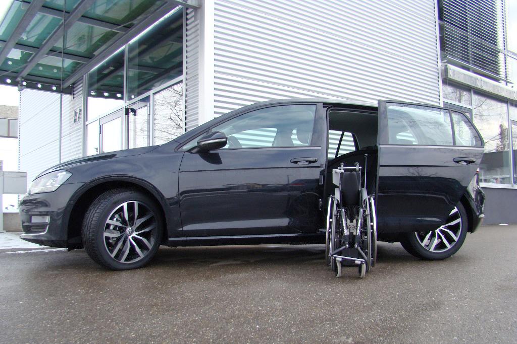 Volkswagen Golf mit Rollstuhlverladesystem LADEBOY S2