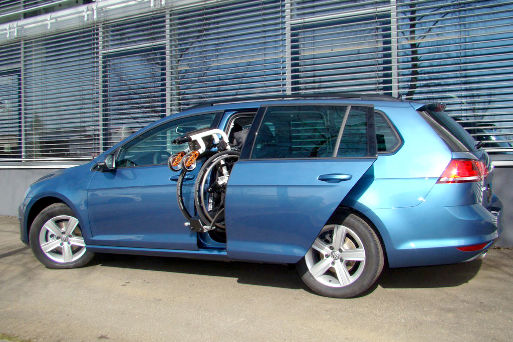 Volkswagen Golf Variant mit Rollstuhlverladesystem LADEBOY S2
