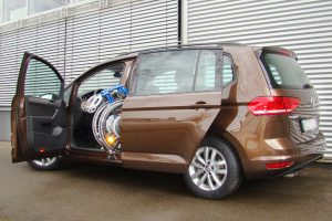 Volkswagen Touran mit Rollstuhlverladesystem LADEBOY S2