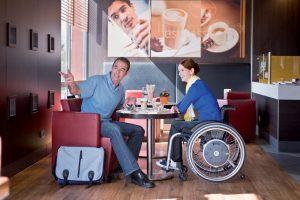 Paar mit Rollstuhl im Café