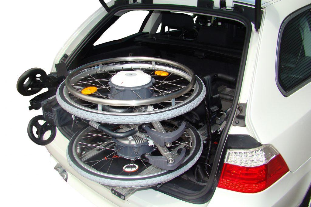 Rollstuhl mit e-fix Antrieb im Kofferraum mit dem LADEBOY.